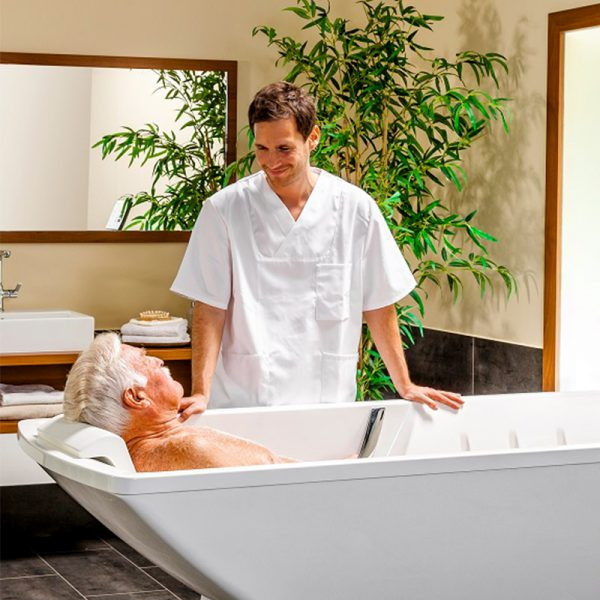 beka averno phoenix bath tub with patient and caregiver 2