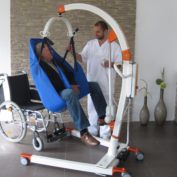 beka carlo classic alu floor lift with patient and caregiver 2 600x600
