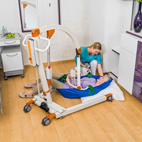 beka carlo comfort alu ep floor lift from floor with patient and caregiver 2