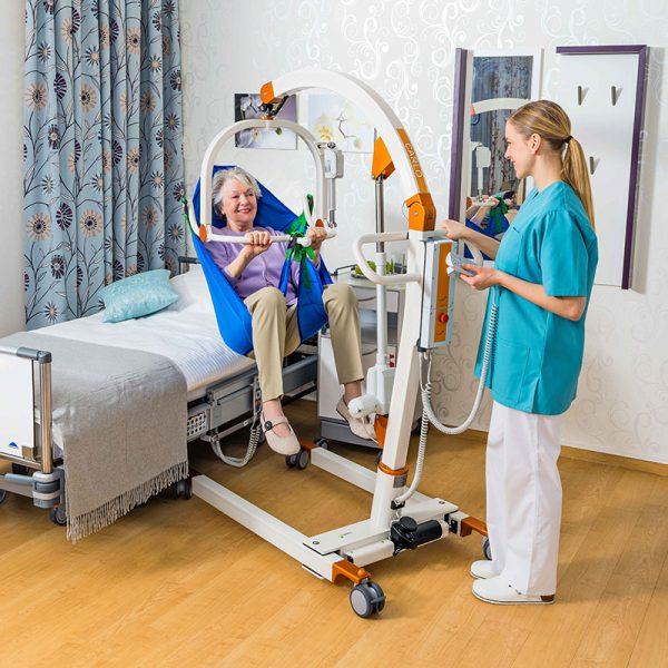 beka carlo comfort alu ep floor lift with patient and caregiver 2