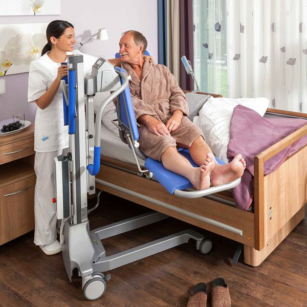 beka senta pur l bath and shower lift patient on senta extended with caregiver 1